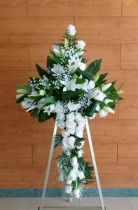 Cruz de rosas y lilium blancos modelo 190